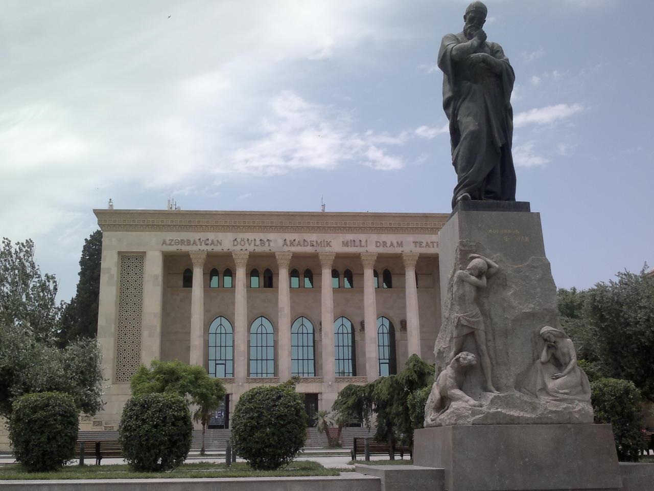 Азербайджанский драматический театр, памятник Физули перед зданием театра
