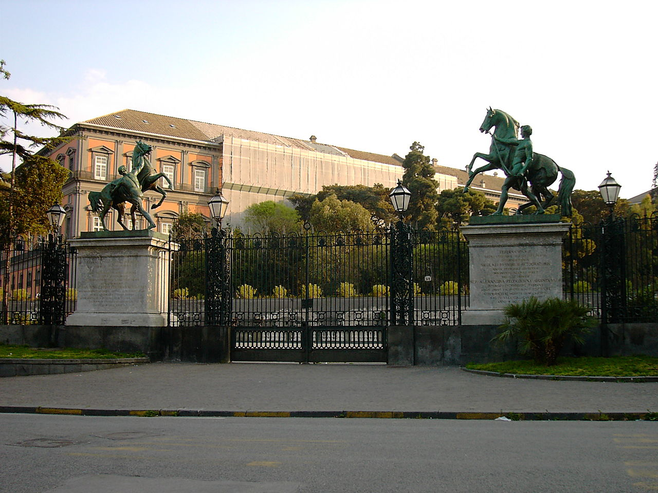 Королевский дворец в Неаполе, конные статуи с Аничкова моста по сторонам садовых ворот