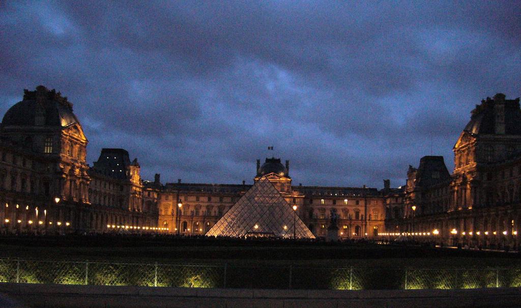 Лувр ночью, Париж