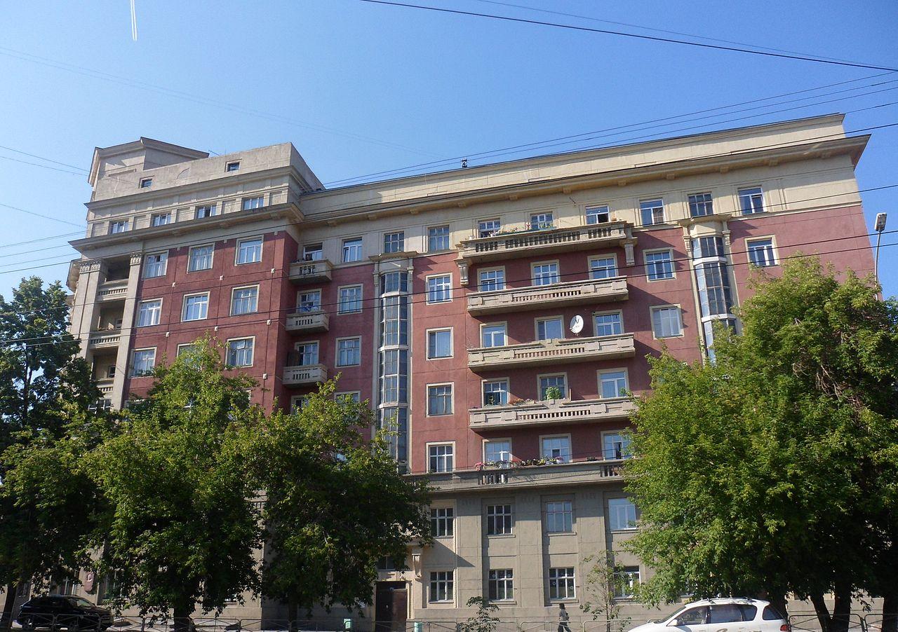 Стоквартирный дом в Новосибирске со стороны улицы Сибревкома