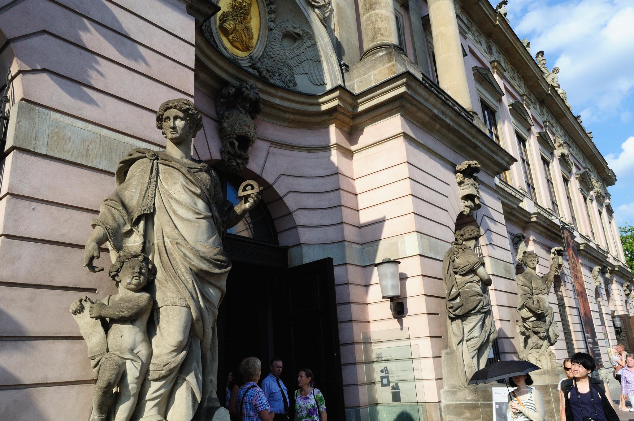Вход в Берлинский университет имени Гумбольдта