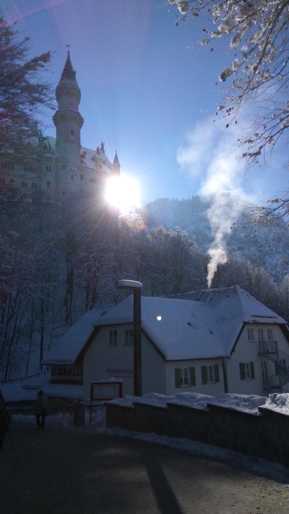 Замок Нойшванштайн и его окрестности в лучах зимнего солнца