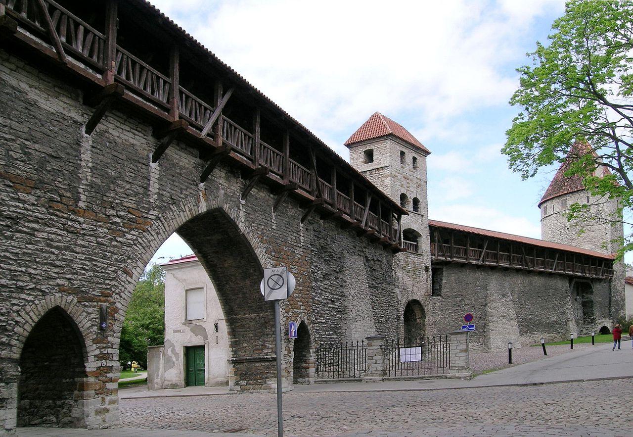 Нижний город Таллина, часть крепостной стены с башнями Сауна и Кулдъялг