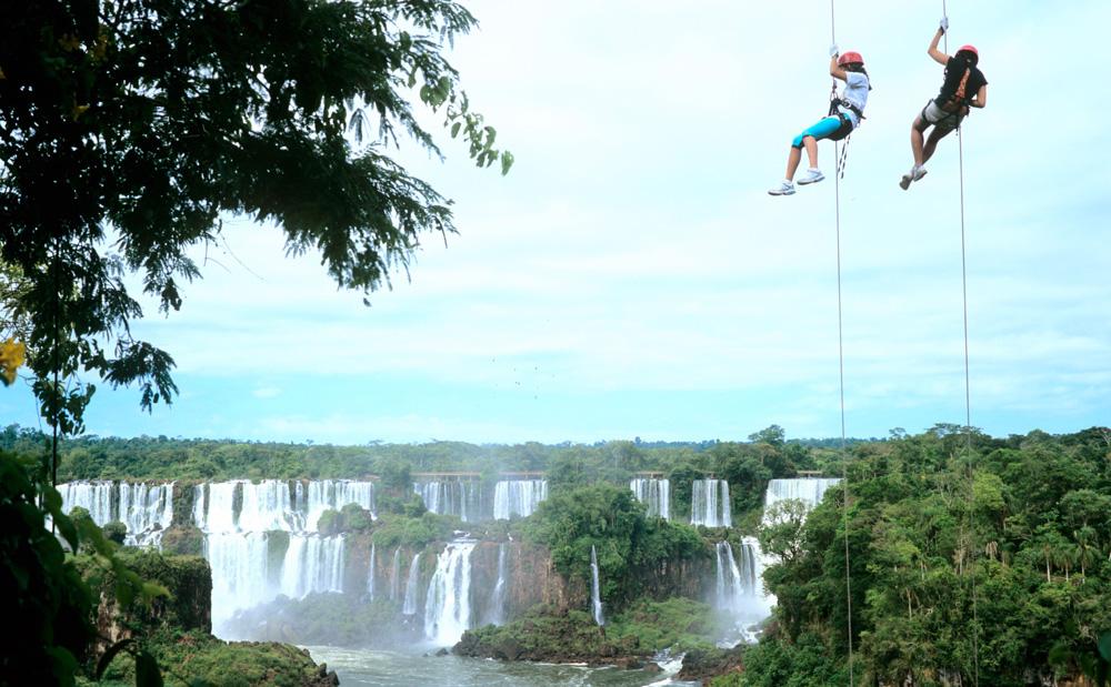 Экстремалы на водопадах Игуасу