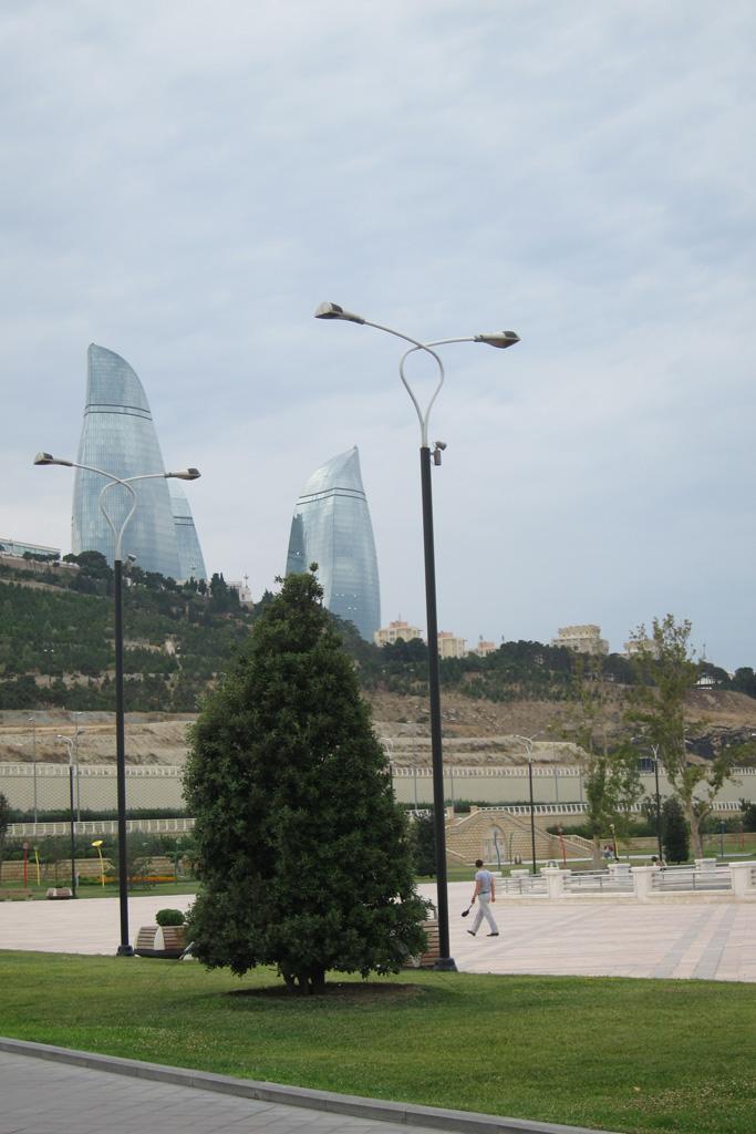 Вид на Пламенные башни, Баку