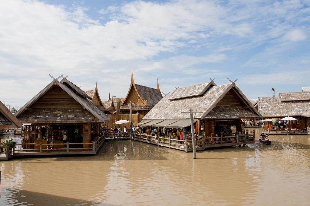 Вид на плавучий рынок в Паттайе