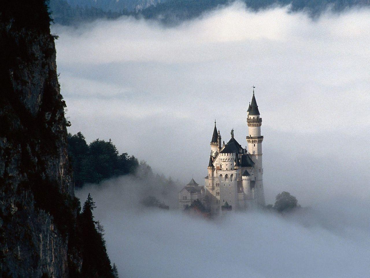 Замок Нойшванштайн в тумане