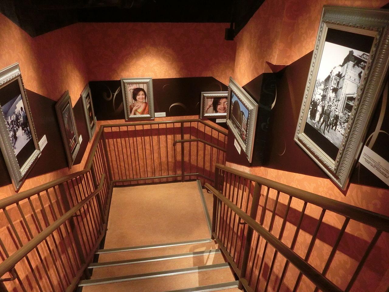 Музей мадам Тюссо в Гонконге, лестница