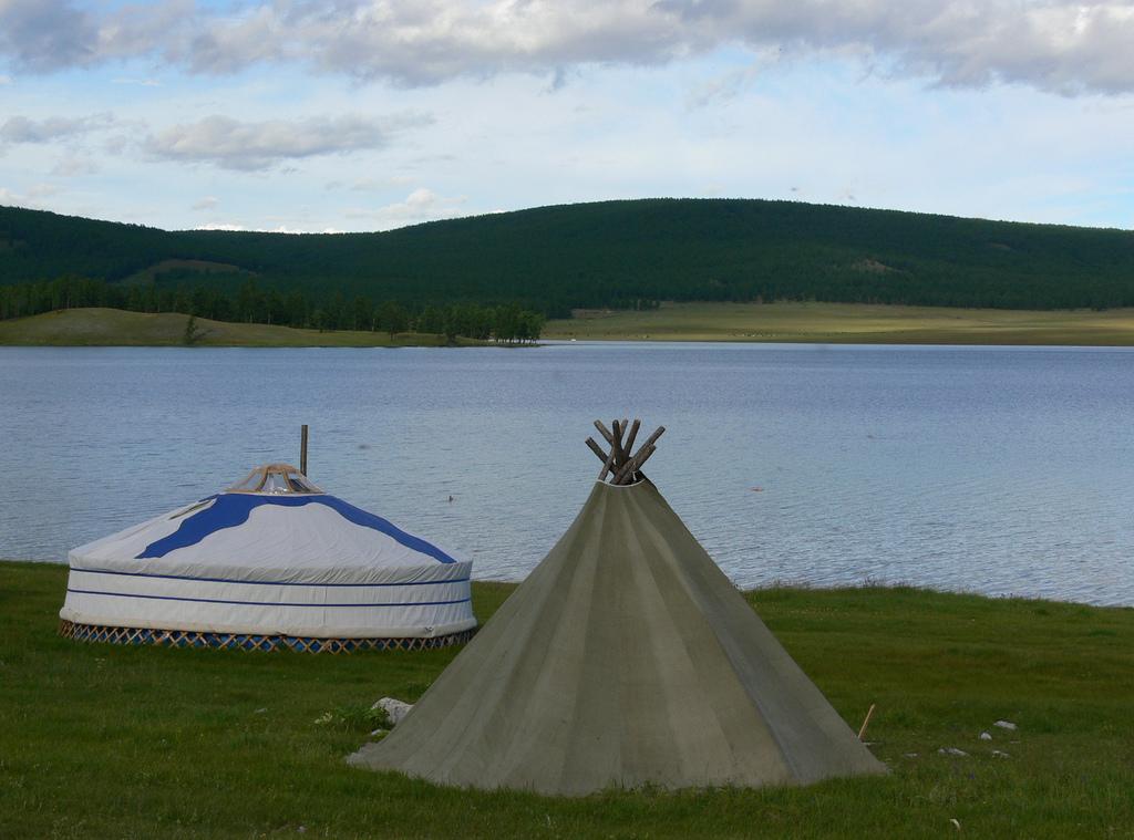 Озеро Хубсугул, юрты на берегу