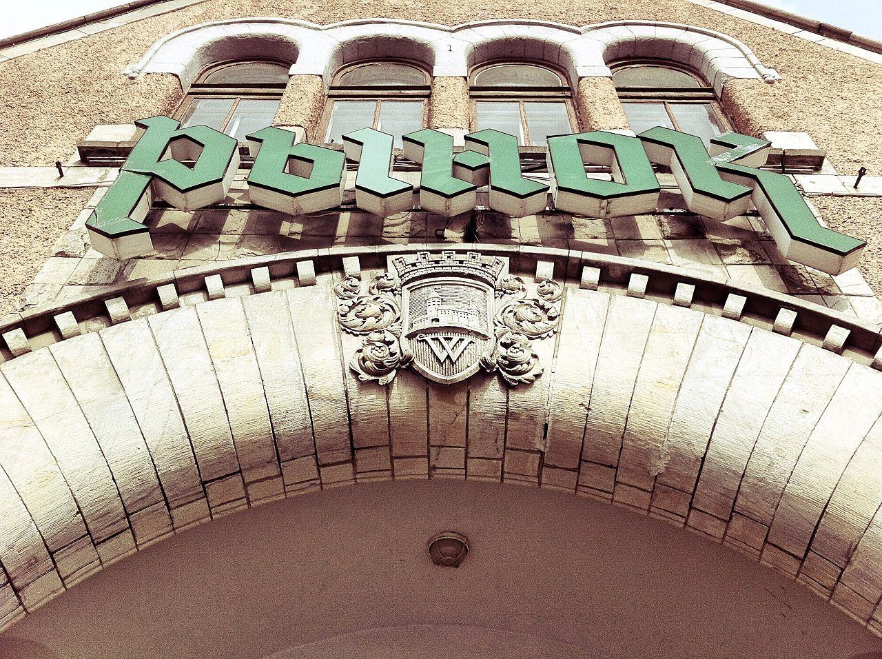 Выборгский рынок, герб Выборга над входом