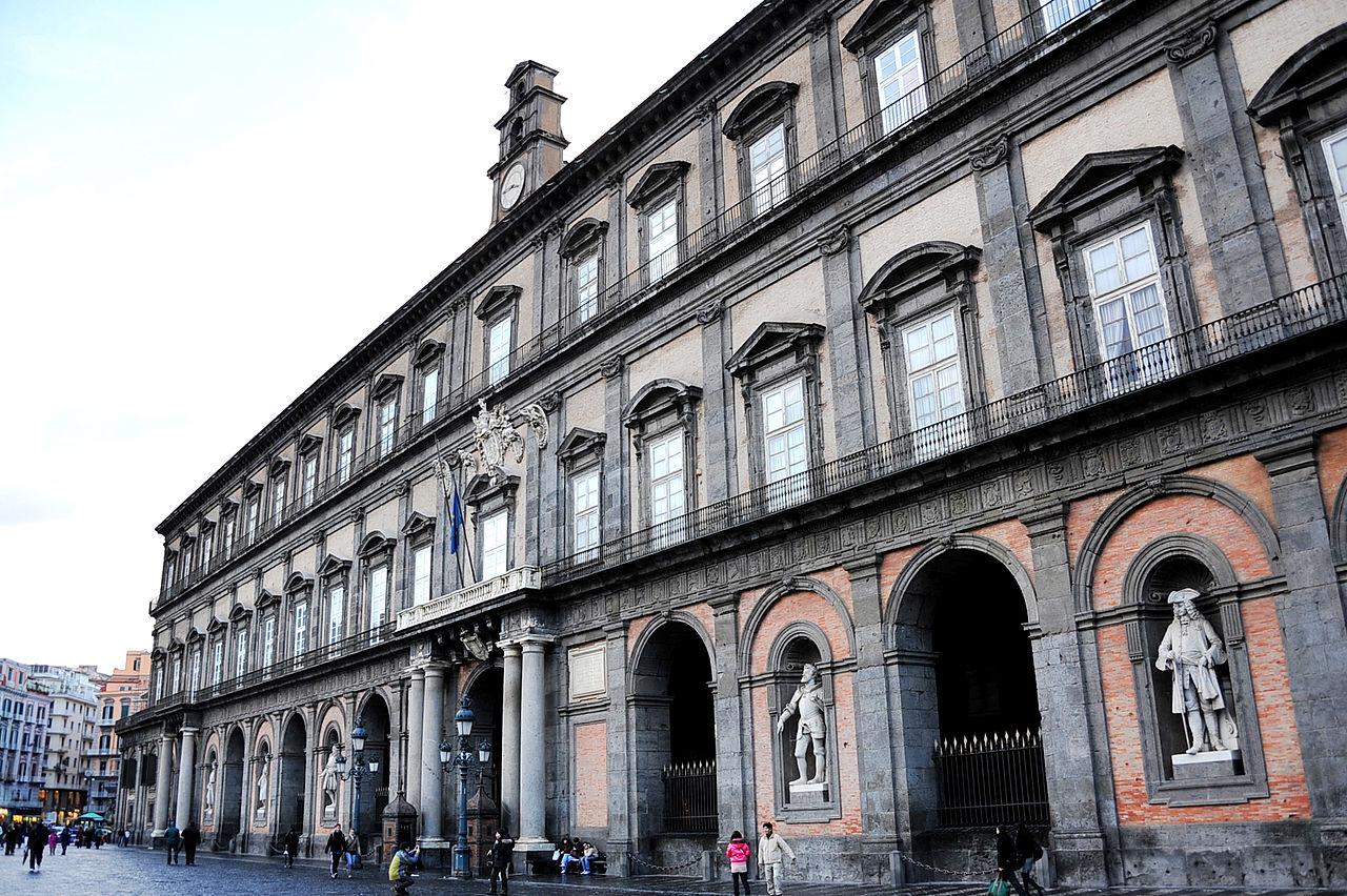 Королевский дворец в Неаполе, фасад