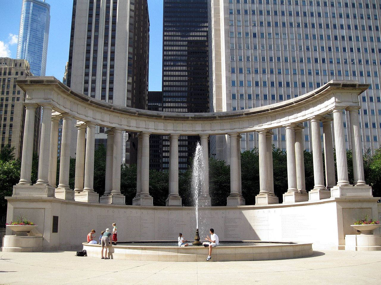 Миллениум-парк в Чикаго, площадь Wrigley Square