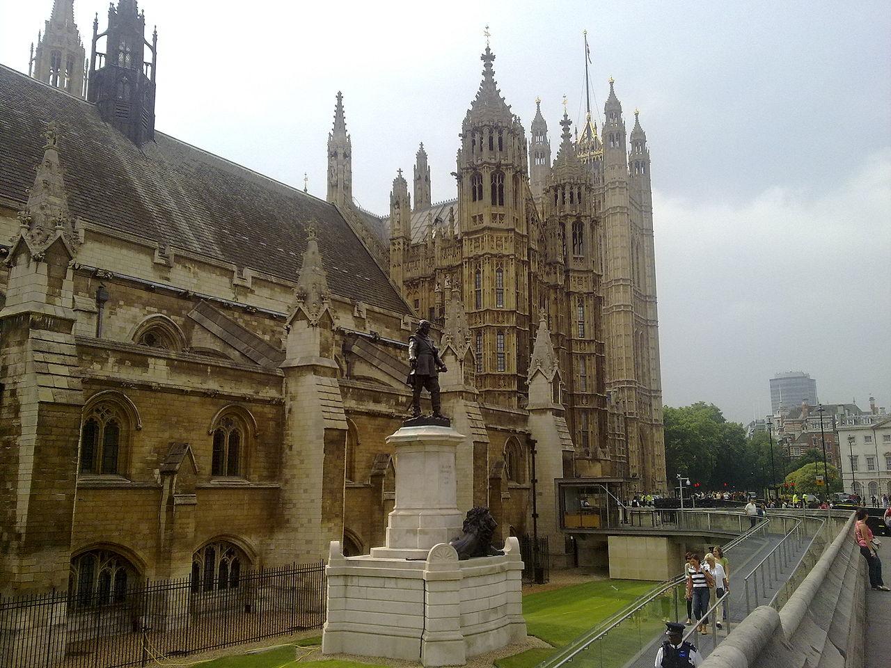 Вестминстер, памятник Оливеру Кромвелю