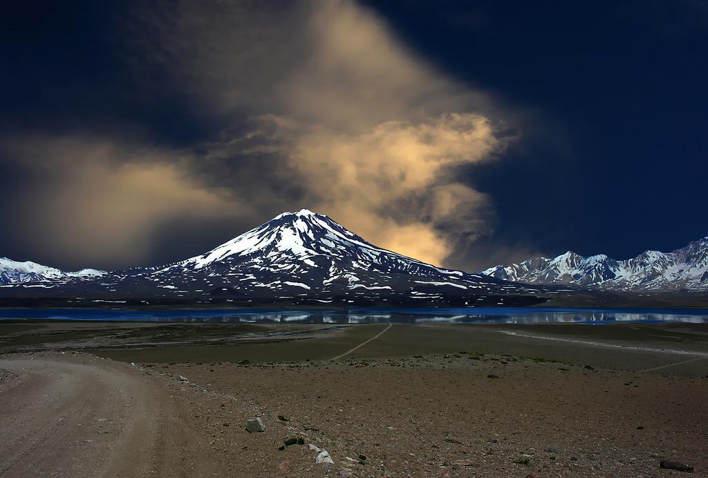 Вулкан Майпо ночью