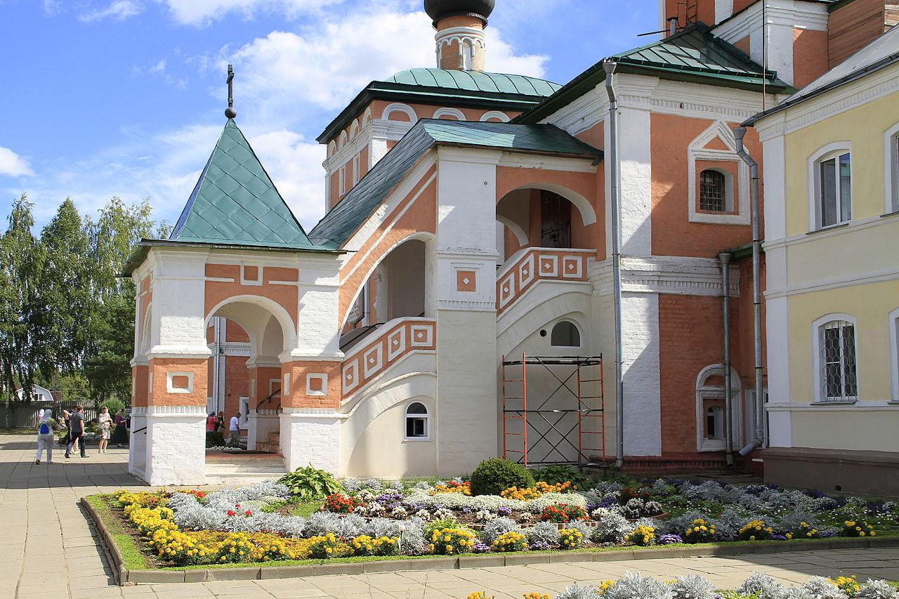 Вяземский Иоанно-Предтеченский монастырь, вход в церковь Вознесения Господня