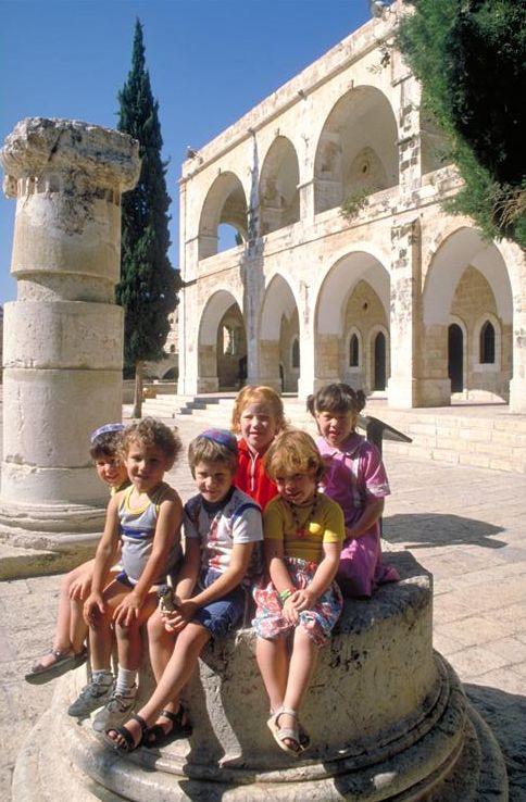 Дети в Еврейском квартале Старого Иерусалима.jpg