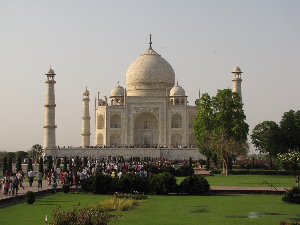 Огромные очереди перед Тадж-Махалом, Индия
