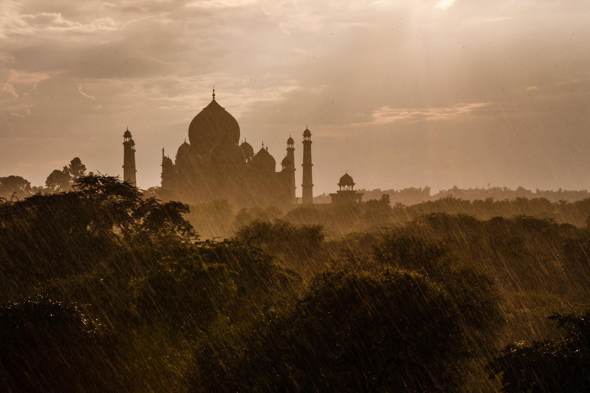 Вид на Тадж-Махал в дождливую погоду, Индия