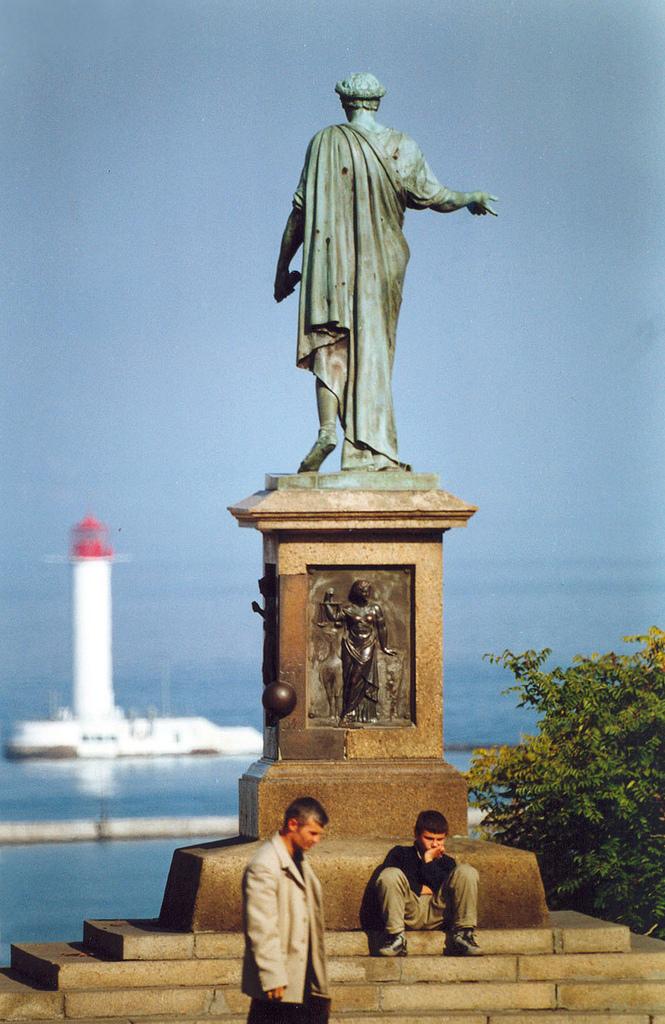 Памятник Дюку де Ришелье, вид на маяк