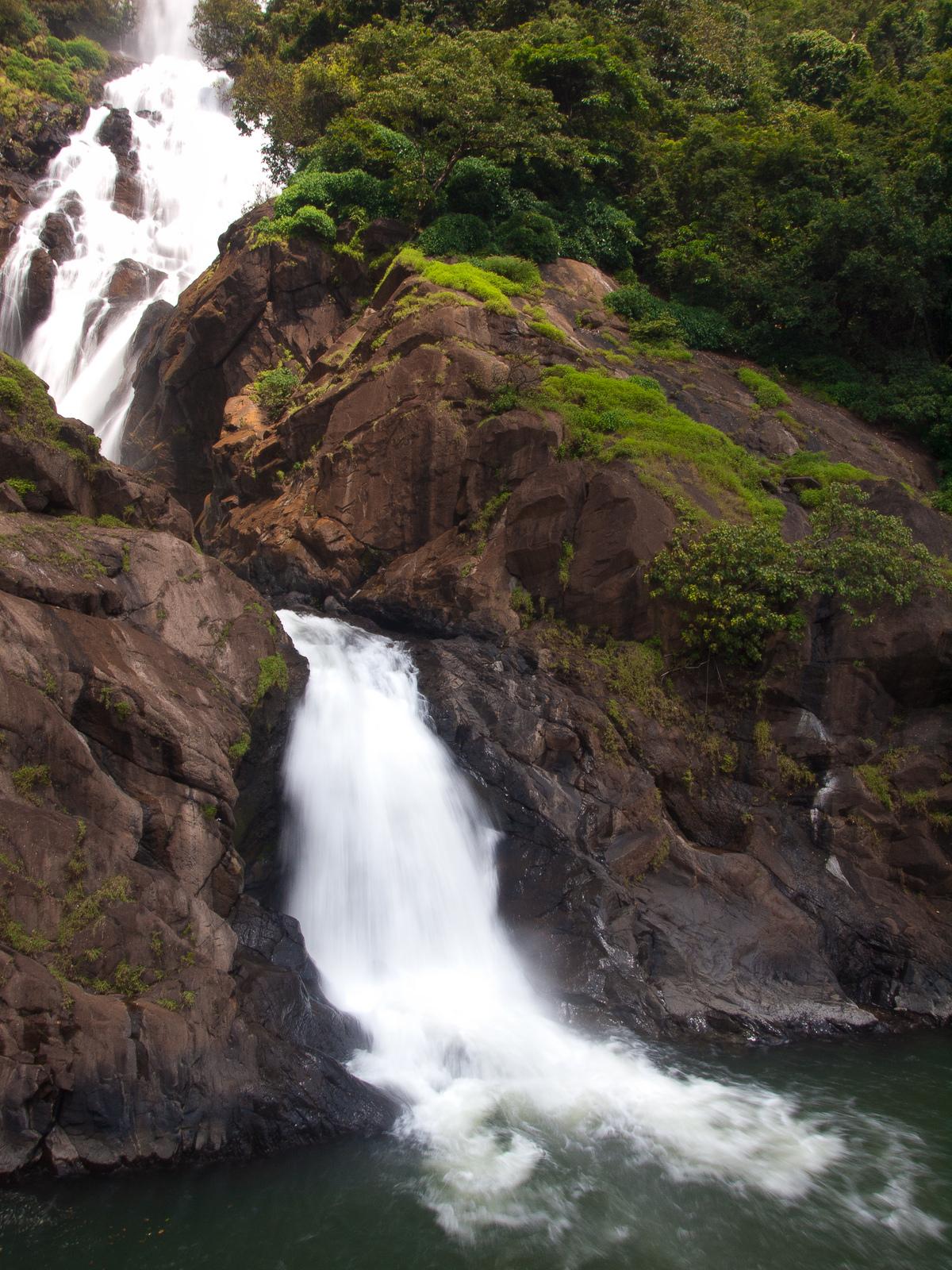 Бурлящий водопад Дудхсагар, Индия