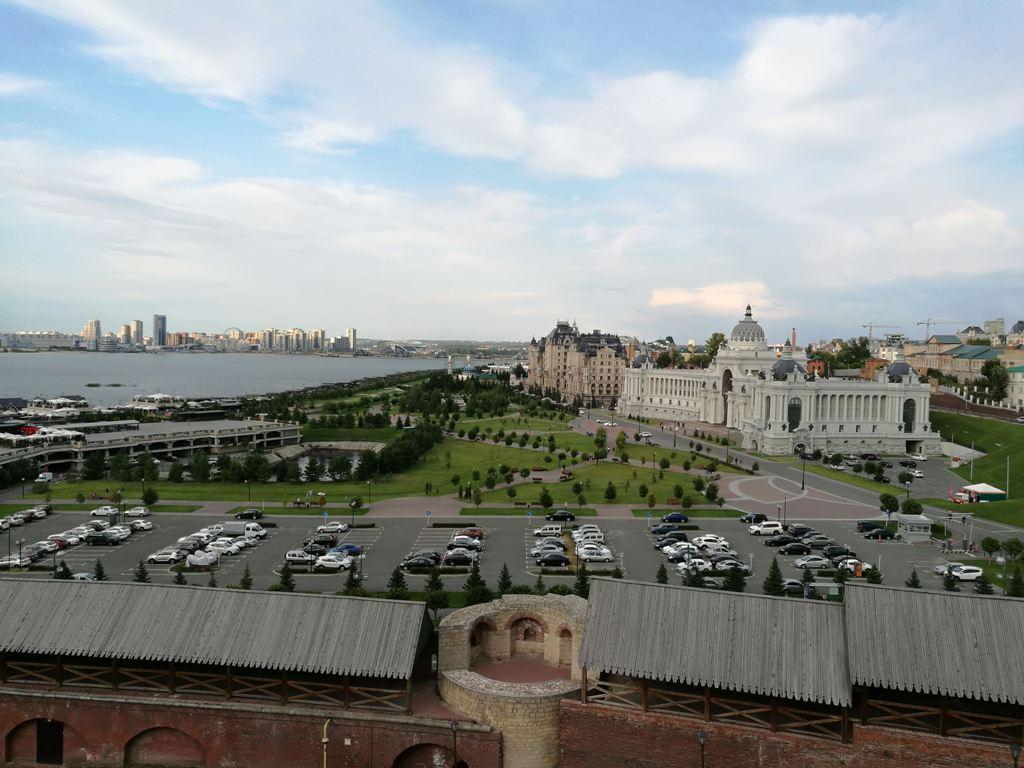 Вид на парковочные места с смотровой площадки Казанского Кремля, Россия