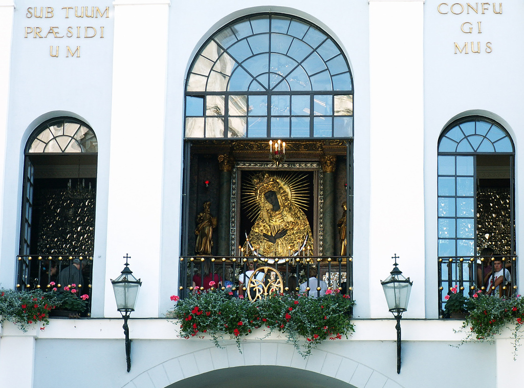 Ворота Аушрос, фасад часовни образа Матери Божией Остробрамской