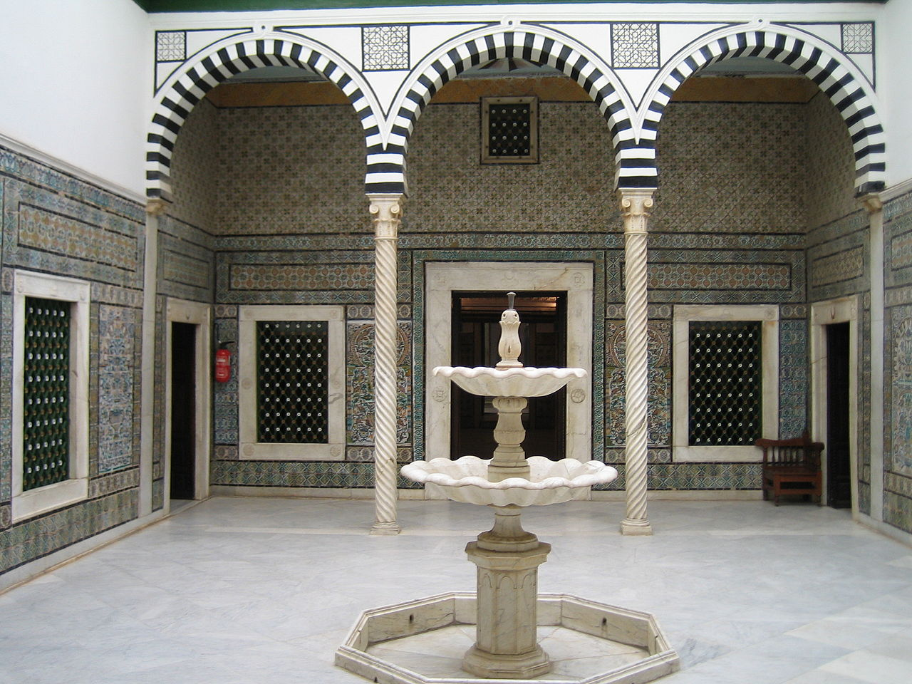 Музей Бардо, патио с фонтаном