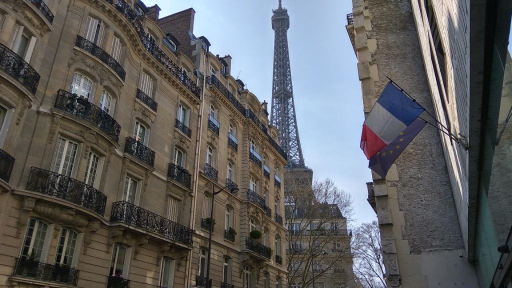 Подходя к Эйфелевой башне, Париж