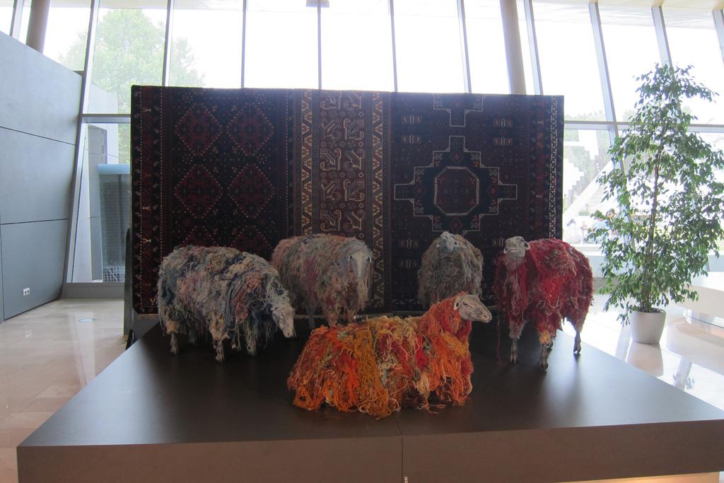 Шерстяные бараны в азербайджанском музее ковра, Баку