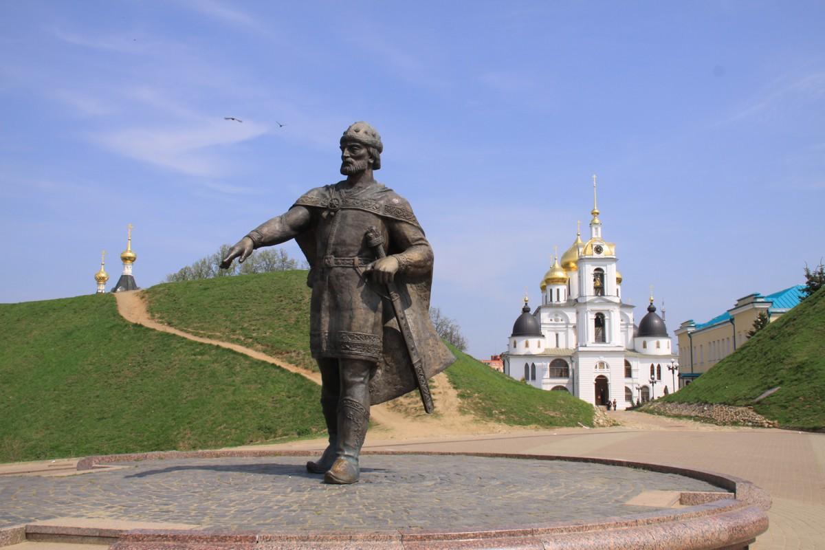 Дмитровский кремль, памятник Юрию Долгорукому