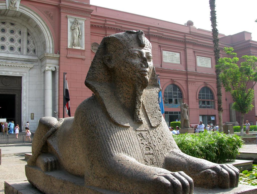 Египетский музей в Каире, у входа