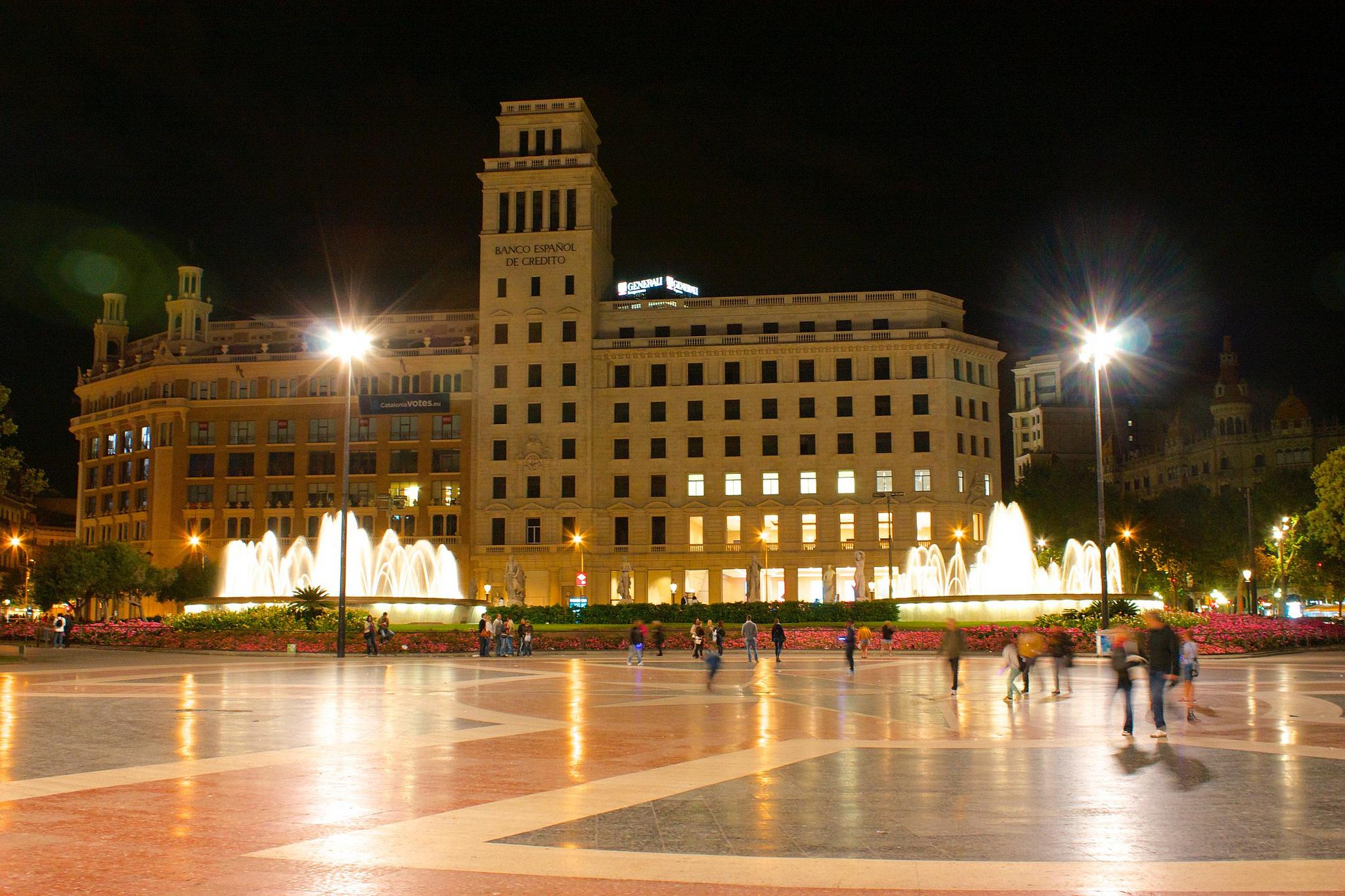 Площадь Каталонии вечером