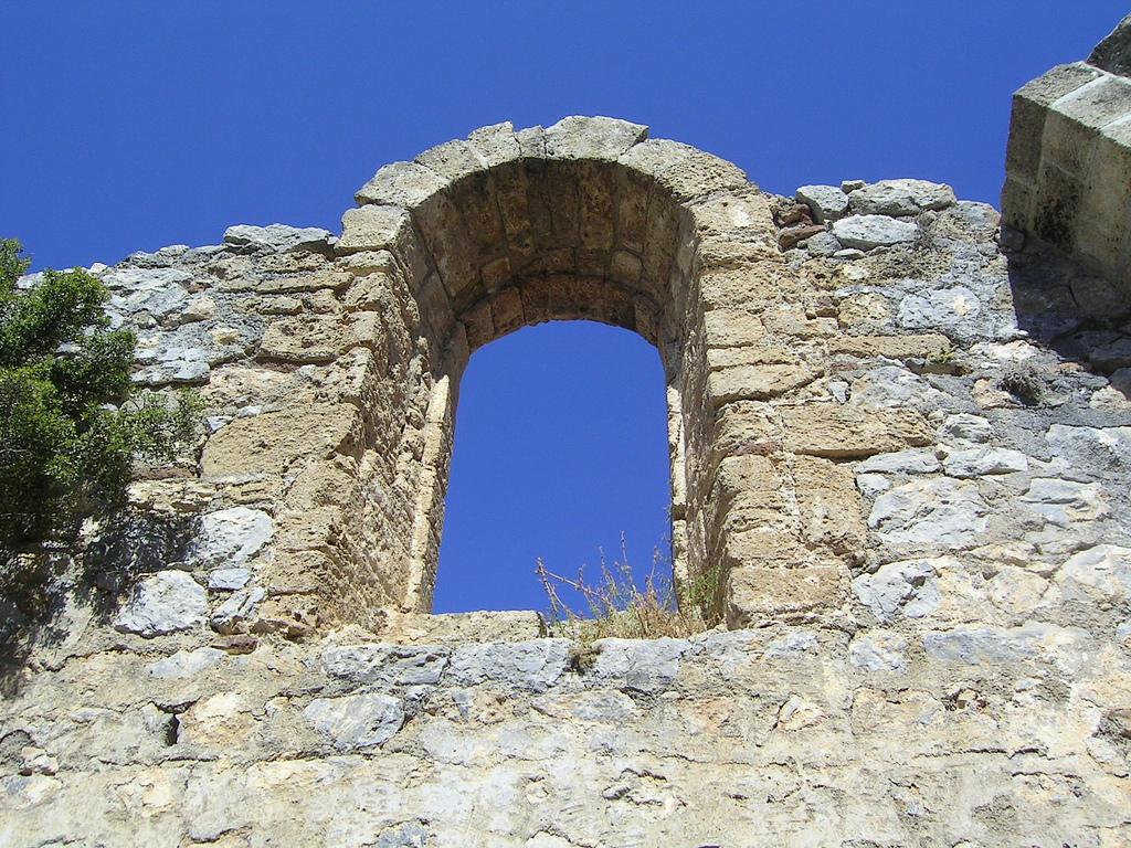Руины окна, Замок Святого Иллариона, Северный Кипр