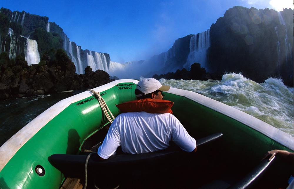 Турист в окружении водопадов Игуасу