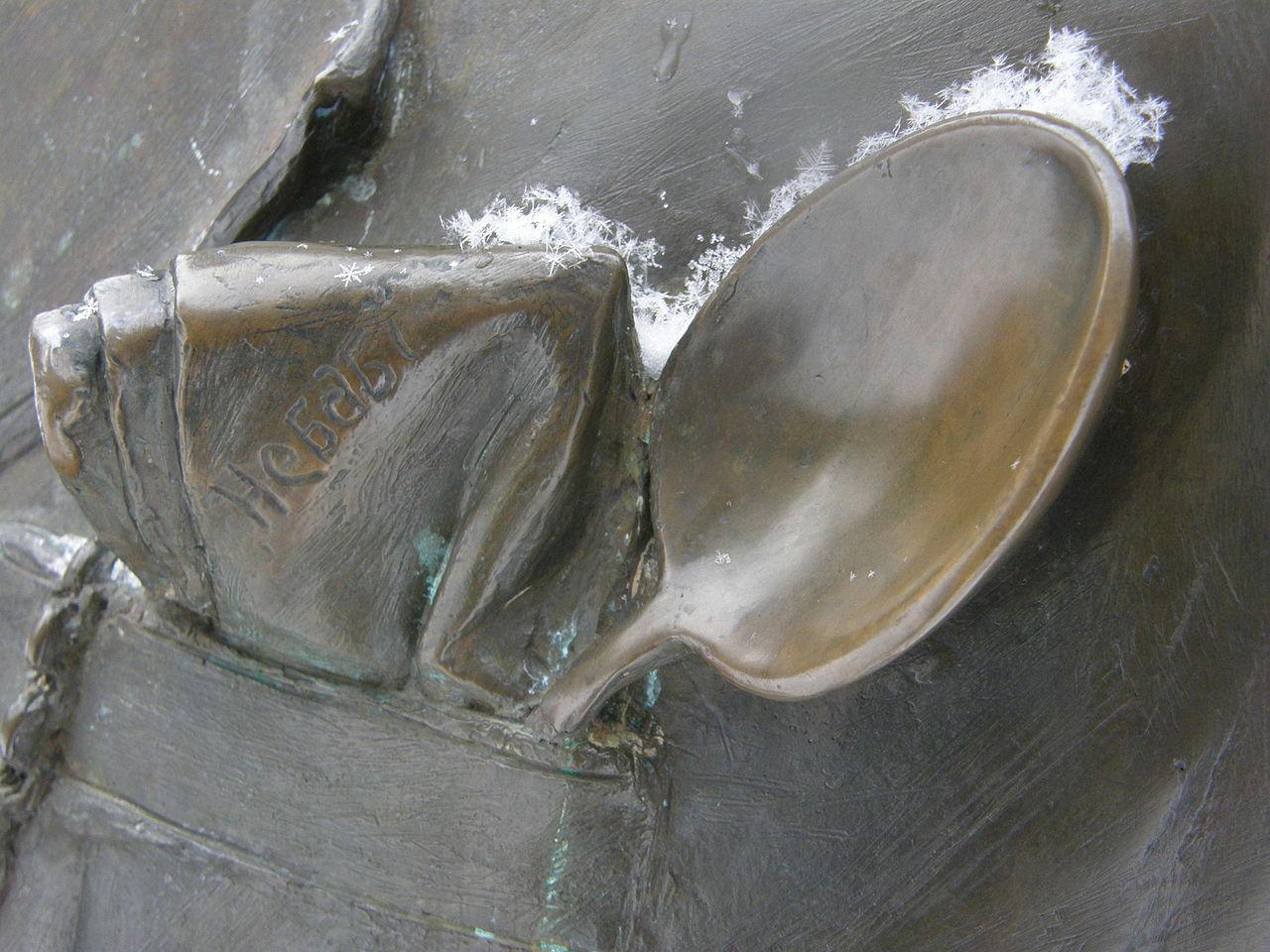 Памятник Паниковскому в Киеве, деталь