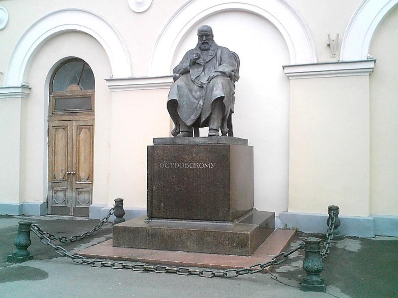 Памятник Островскому у Малого театра