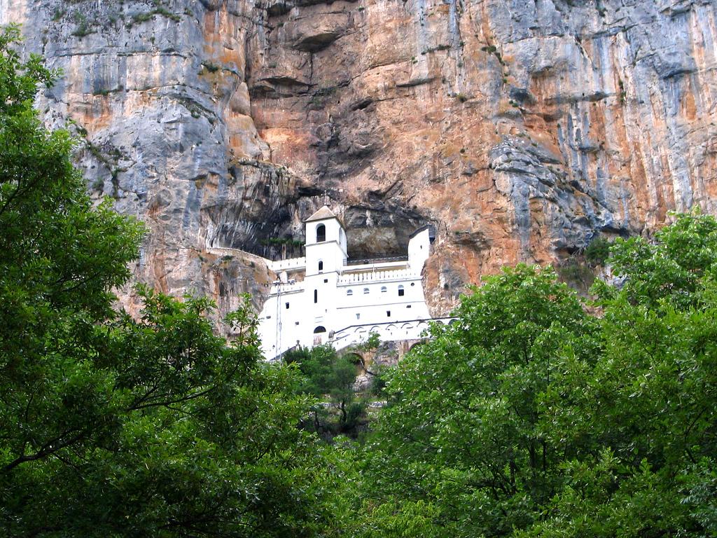 Вид на монастырь Острог