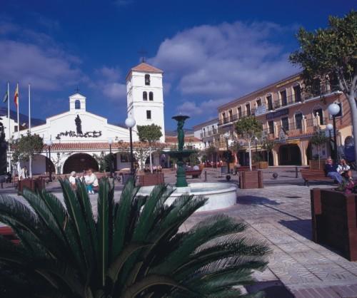 Главная площадь Арройо де ла Миэль и церковь, Беналмадена.jpg