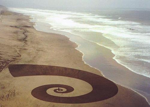 Мужчина использует пляж вместо холста I.jpg