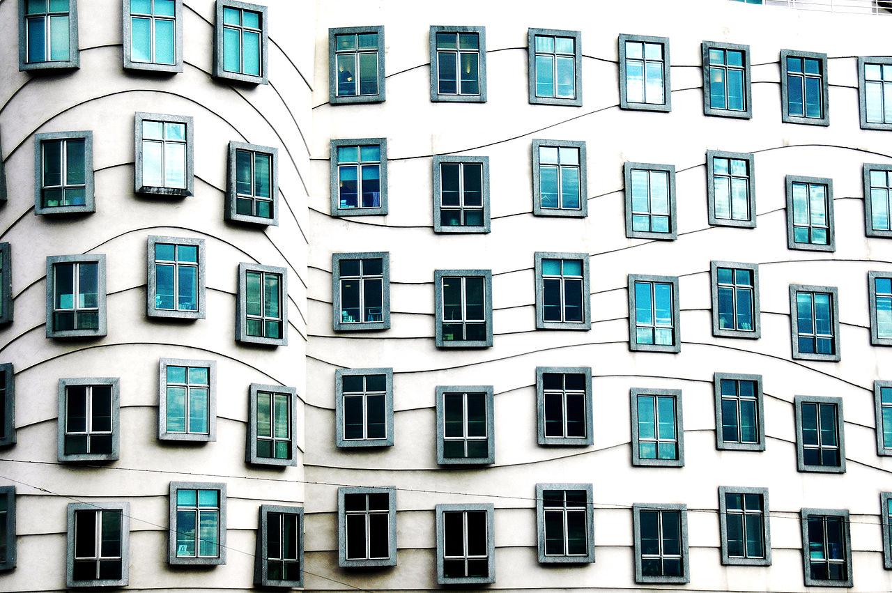 Танцующий дом в Праге, окна