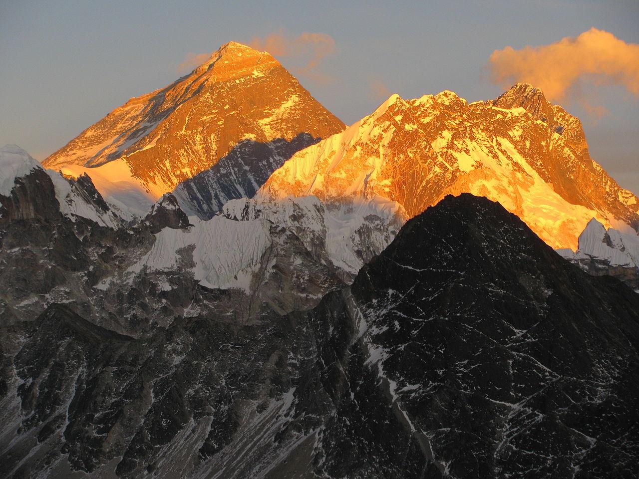 Гора Эверест на рассвете