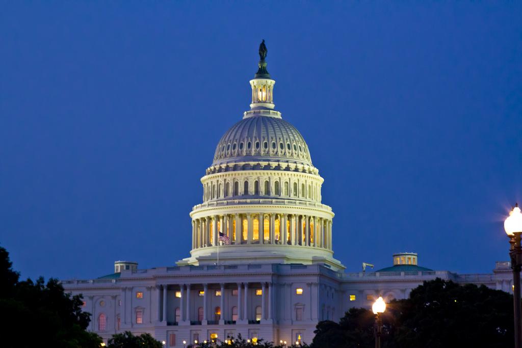Капитолий в Вашингтоне вечером