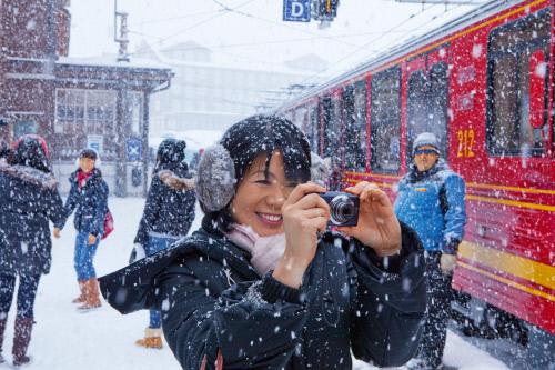 Азиатские туристы на железнодорожной станции, Гриндельвальд.jpeg