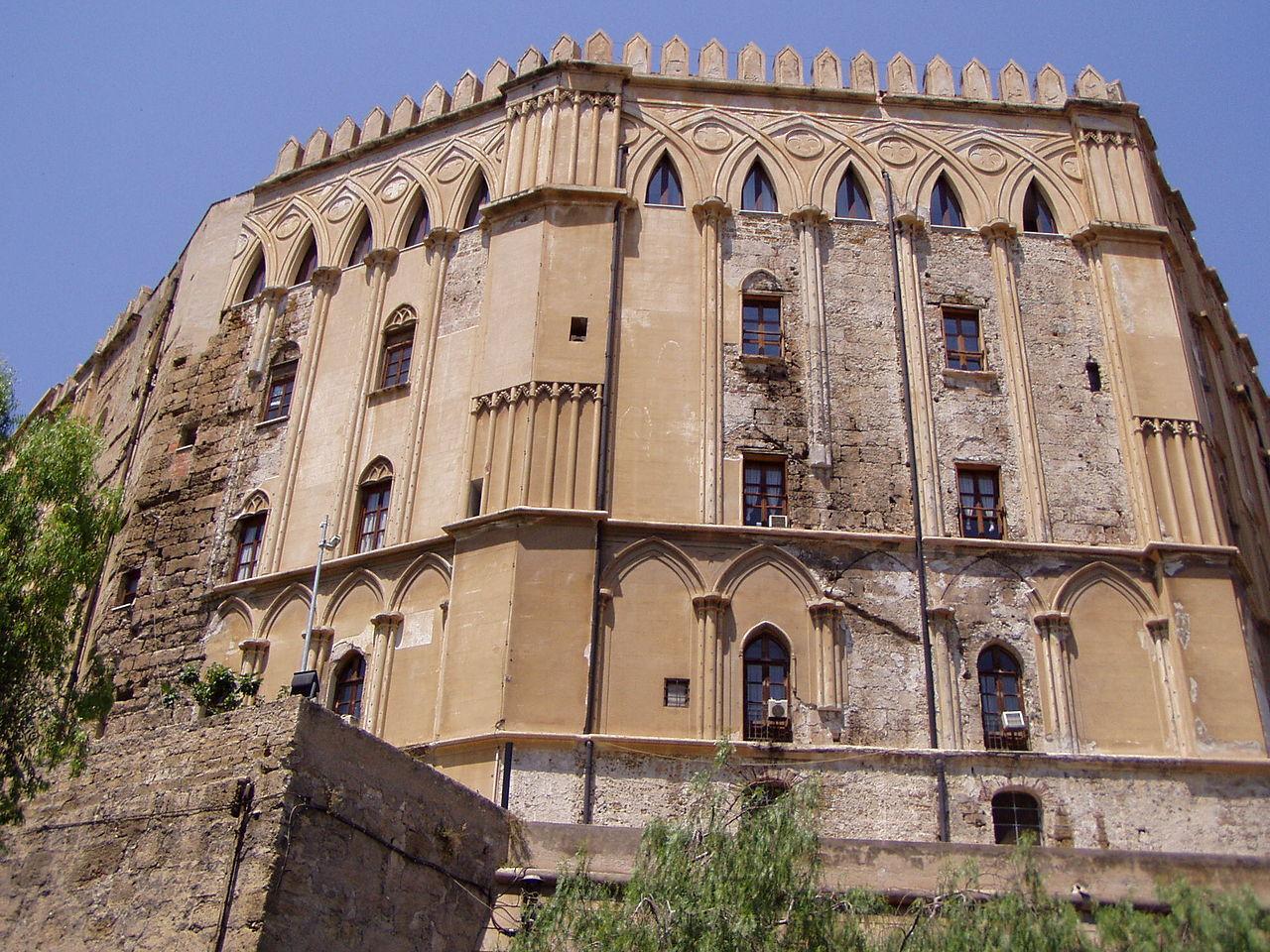 Палаццо-Норманни, вид с Пьяцца Индепенденца