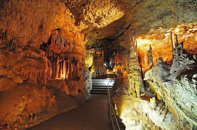 Внутри мраморной пещеры