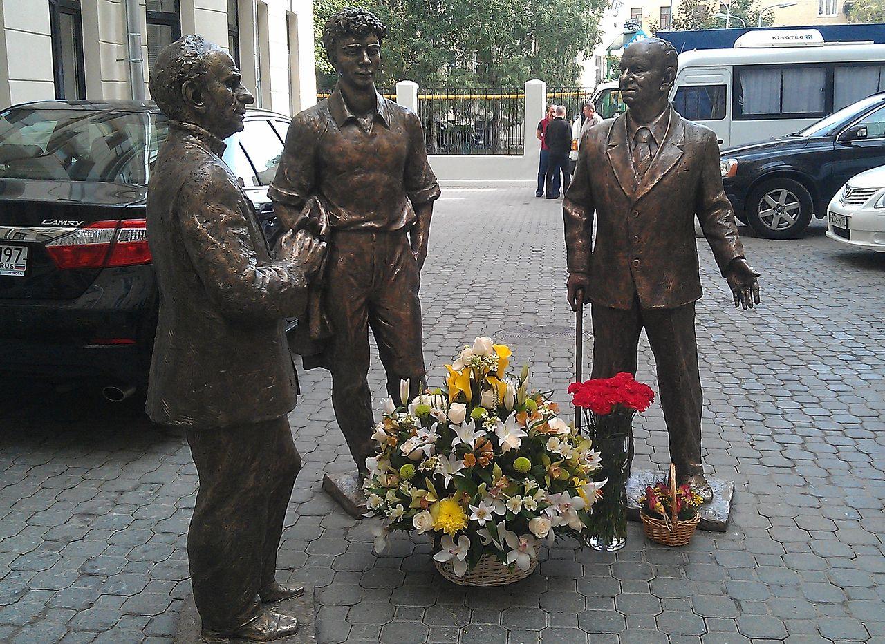 Памятник драматургам Вампилову, Розову и Володину во дворе театра Олега Табакова на улице Чаплыгина