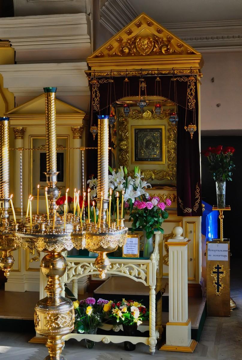 Казанский Богородицкий монастырь, свечи и иконы