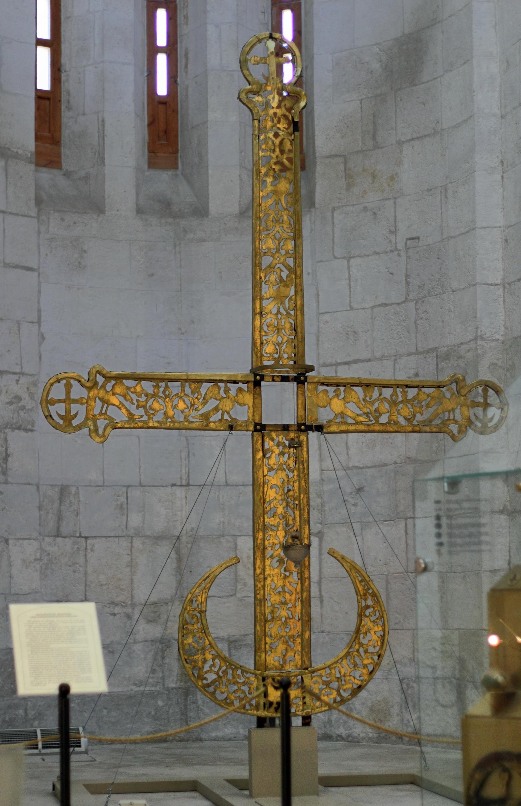 Крест с просечным орнаментом в Дмитриевском соборе во Владимире, Владимир