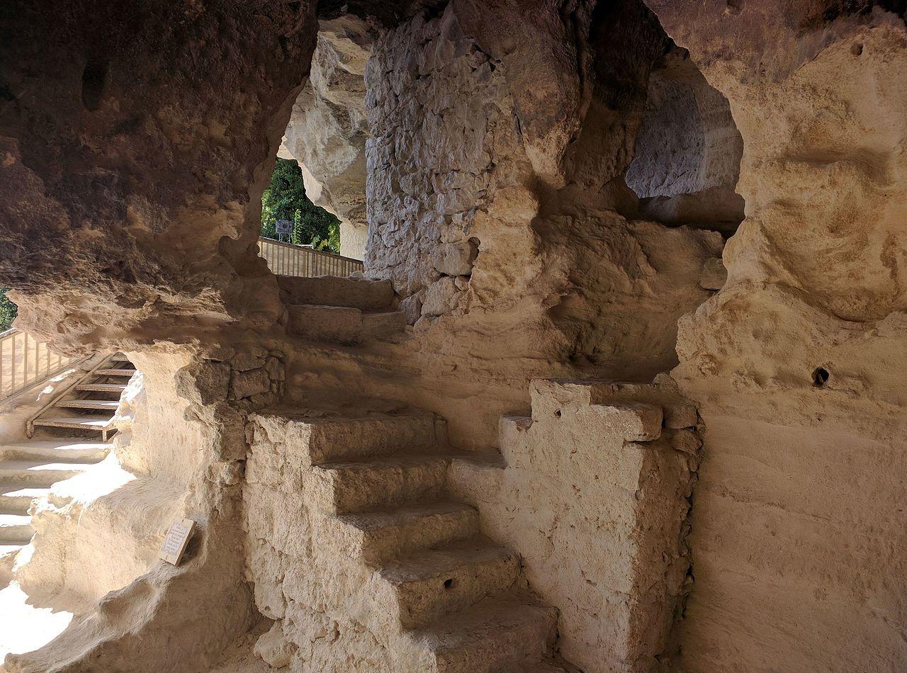 Монастырь Аладжа; ступени, высеченные в известняке