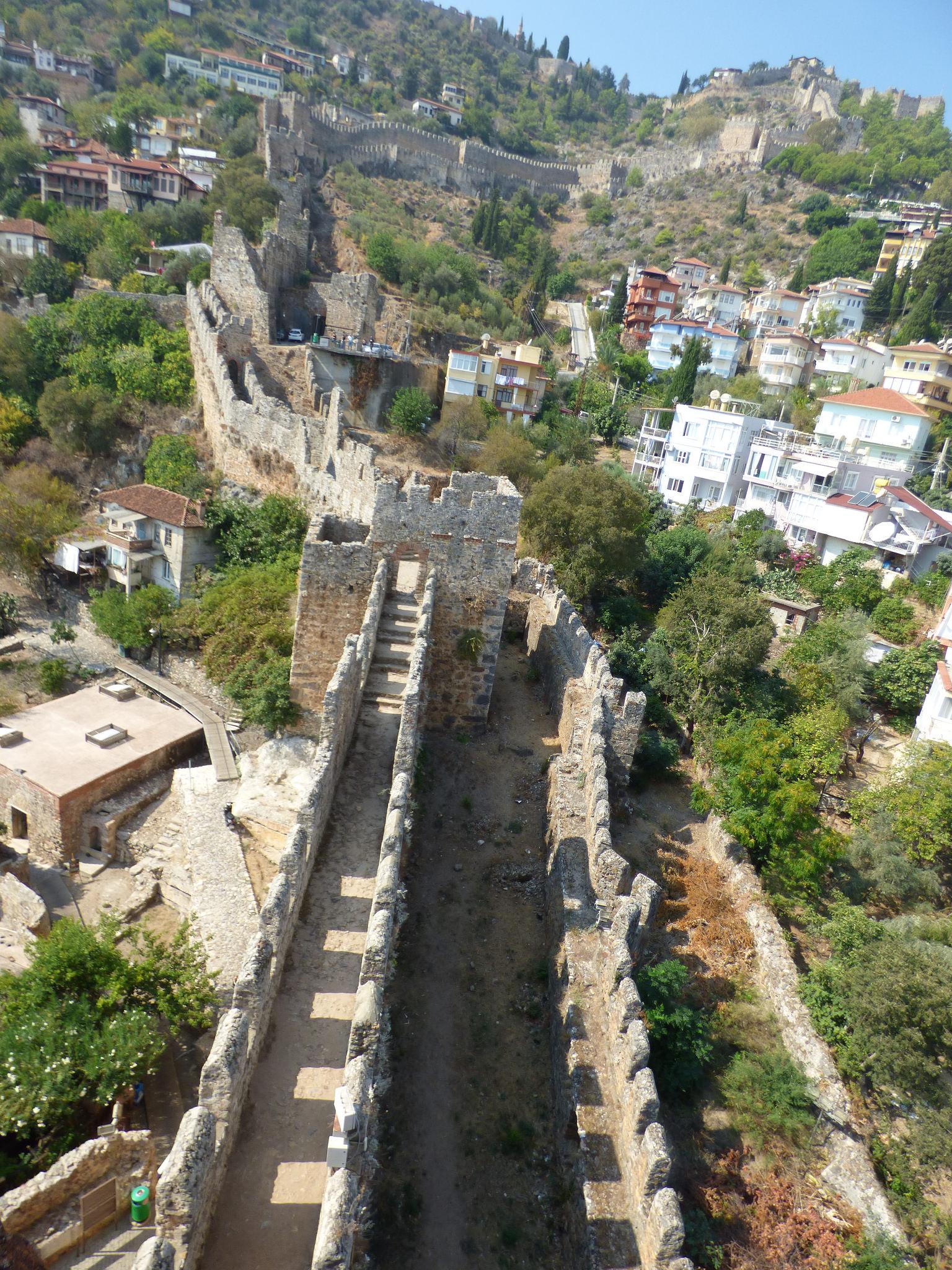 Крепость Аланьи, проход к замку по стене